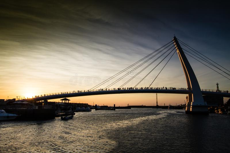 Zonsondergang in Lover& x27; s brug in Taipeh, Taiwan stock afbeelding