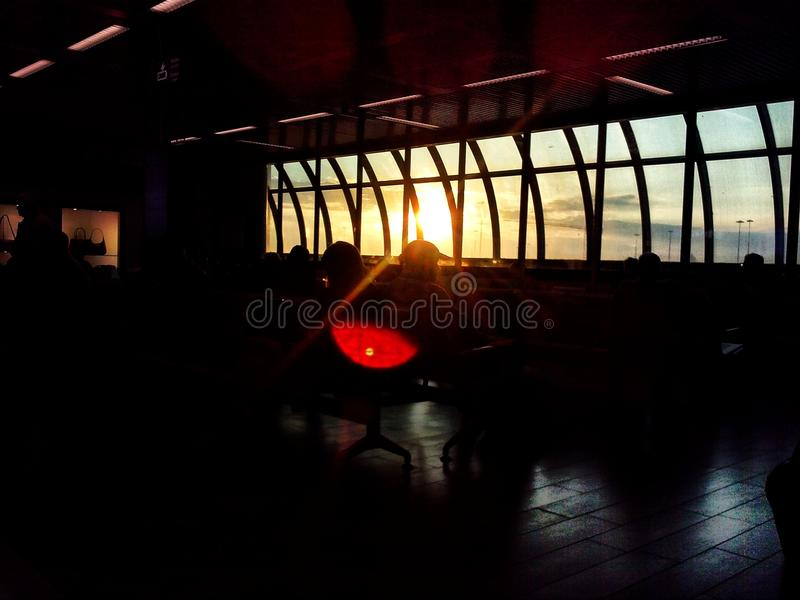 Zonsondergang in luchthaven stock foto's