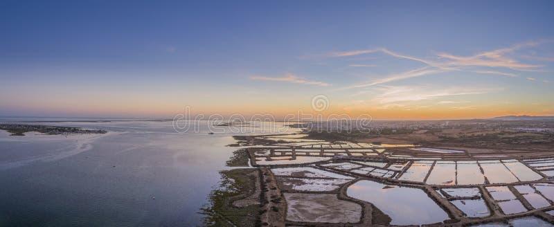Zonsondergang luchtpanorama, in Ria Formosa-het natuurreservaat van het moerasland Algarve royalty-vrije stock foto