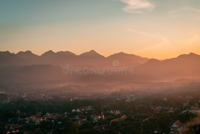 Zonsondergang in Lunag Prabang, Laos Mooie wolken over de stad Bergen op de achtergrond Verbazende blauwe hemel Perfecte voorwaar stock afbeeldingen