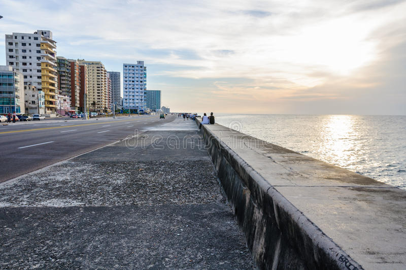 Zonsondergang in Malecon in Havana, Cuba stock afbeeldingen