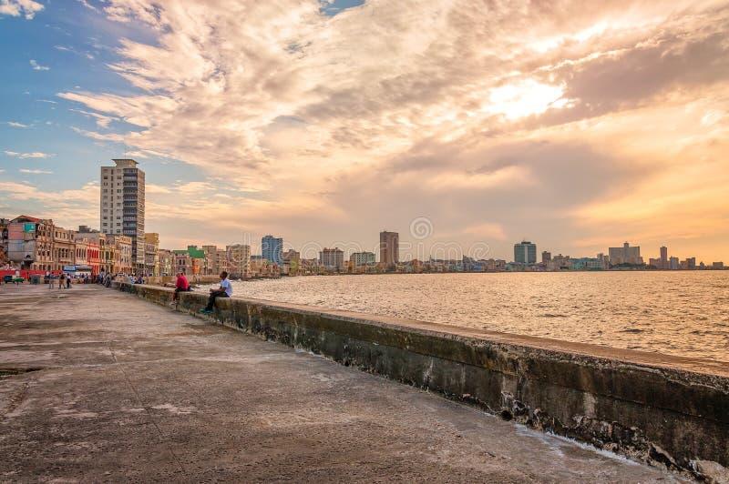 Zonsondergang in Malecon, Oud Havana, Cuba stock afbeelding