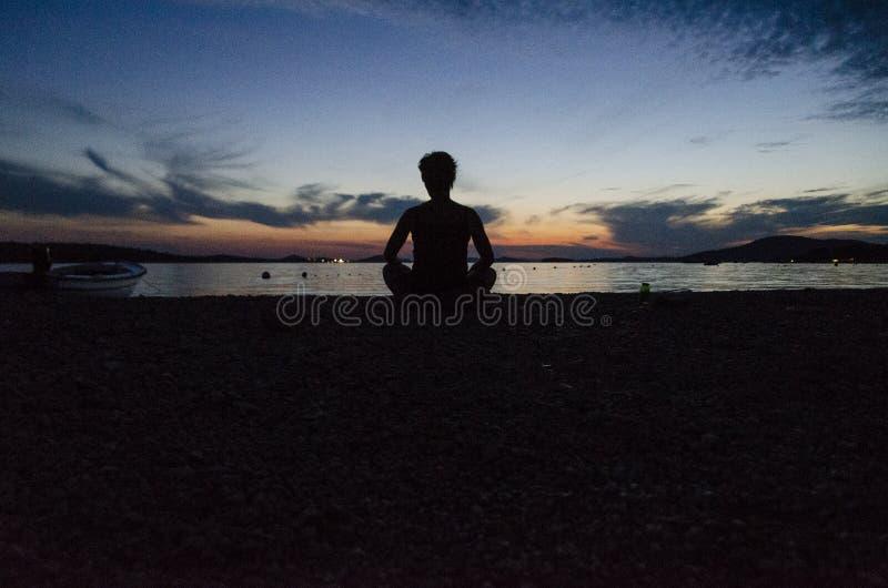 Zonsondergang meditation stock fotografie