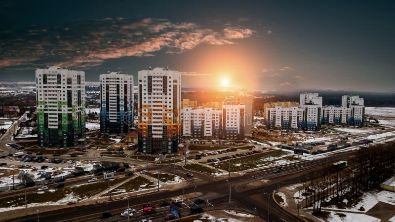 Zonsondergang meer dan een woonwijk met gebouwen met meerdere verdiepingen stock fotografie