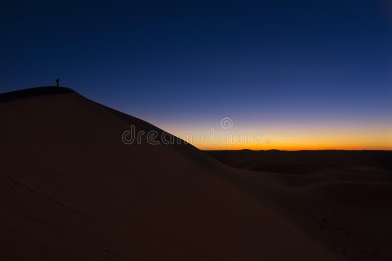 Zonsondergang meer dan Erg Chegaga, Marokko stock afbeelding