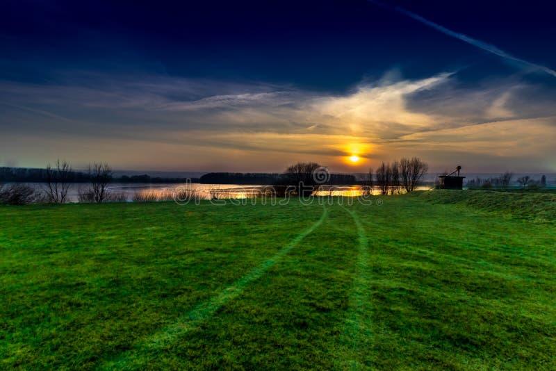 Zonsondergang: Meer en van het bomenlandschap Foto! royalty-vrije stock fotografie