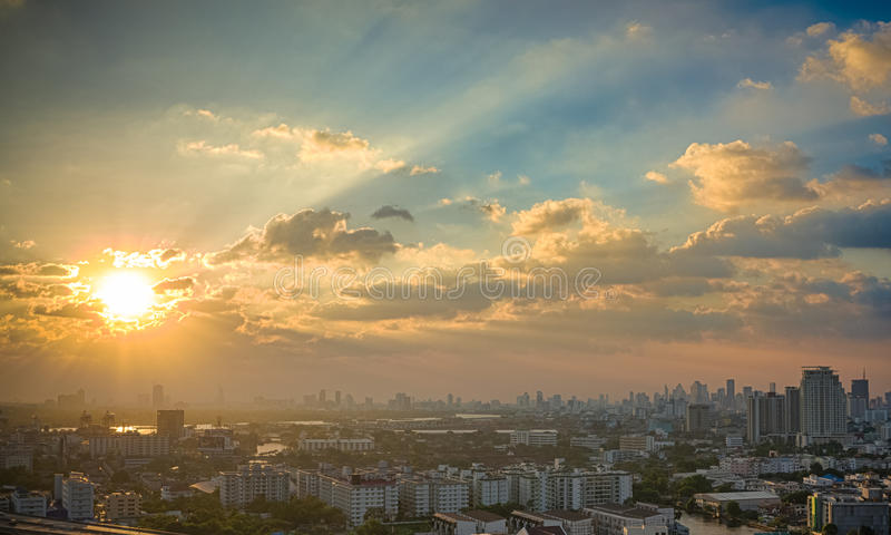 Zonsondergang in megalopolis Bangkok royalty-vrije stock afbeeldingen
