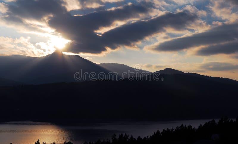 Zonsondergang met berg en meer royalty-vrije stock fotografie