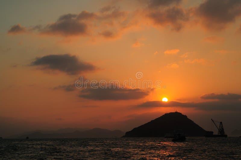 Zonsondergang met bergoverzees royalty-vrije stock afbeeldingen