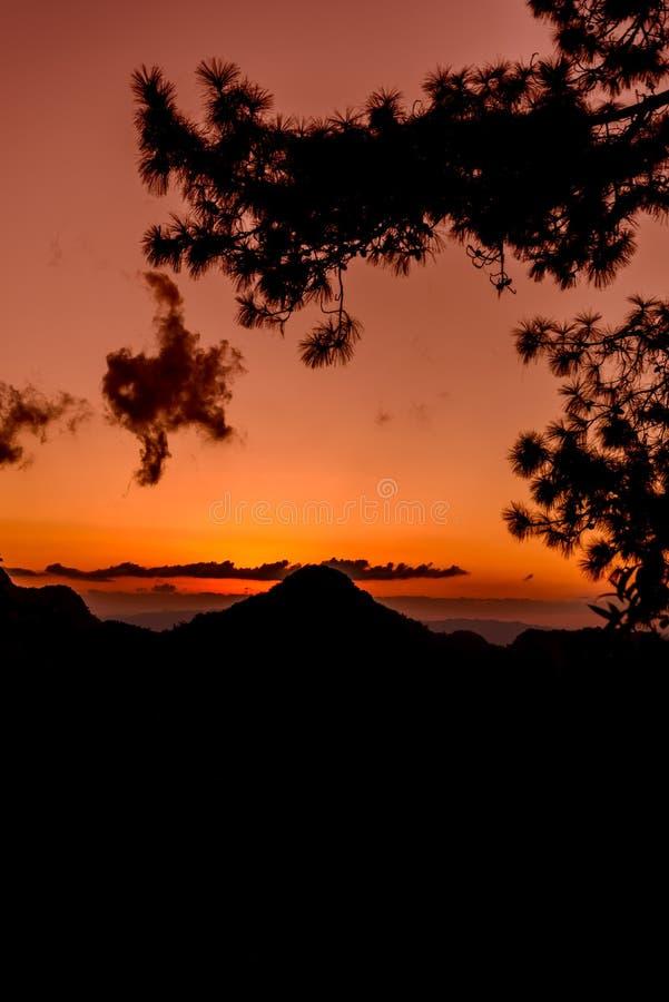 Zonsondergang met Bergsilhouet stock foto