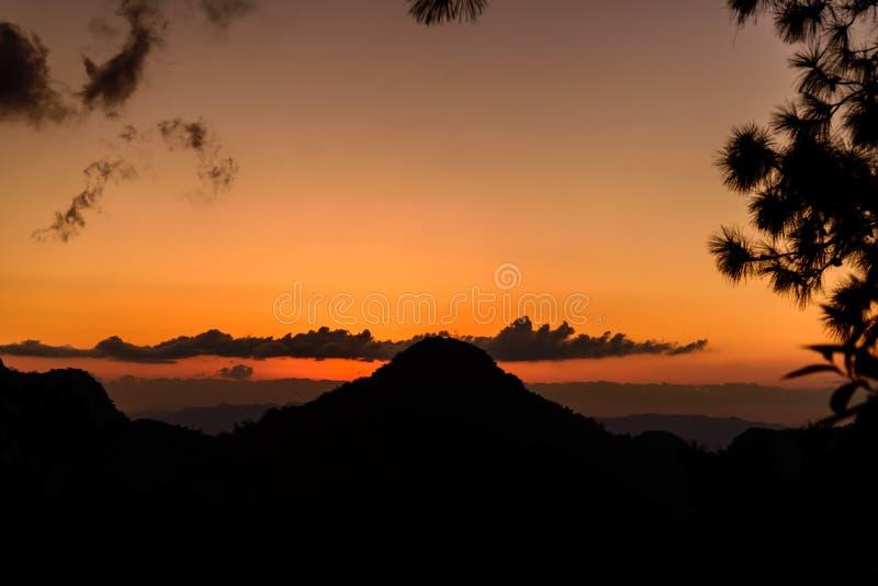 Zonsondergang met Bergsilhouet royalty-vrije stock foto