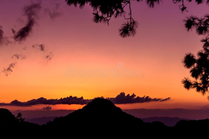 Zonsondergang met Bergsilhouet stock foto's