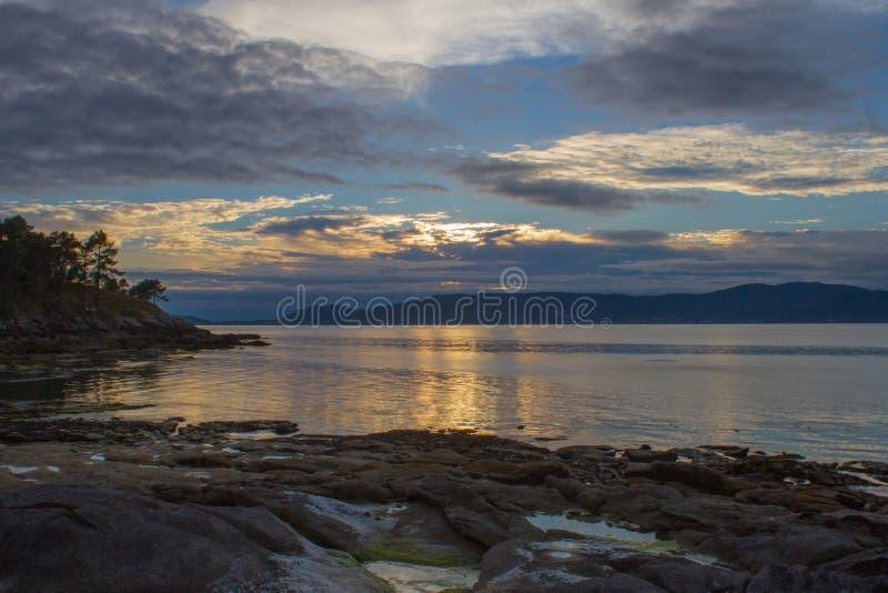 Zonsondergang met bewolkte horizon stock afbeelding
