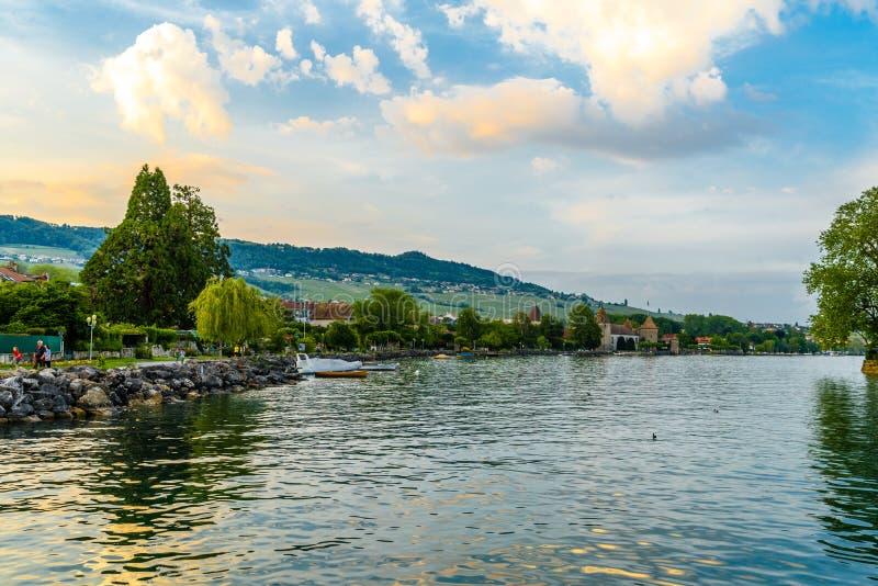 Zonsondergang met bezinningen over het mooie meer van Genève, Zwitserland royalty-vrije stock foto