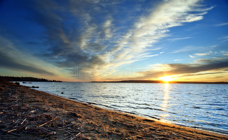 Zonsondergang met blauwe hemel royalty-vrije stock foto