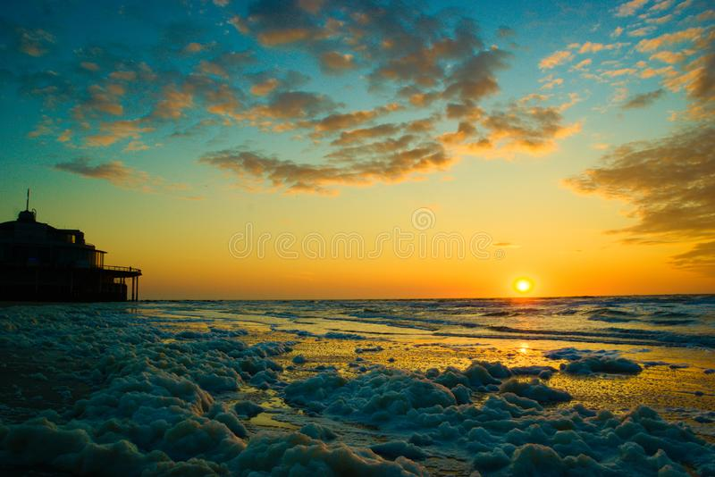 Zonsondergang met blauwe hemel en sommige aardige wolken royalty-vrije stock afbeeldingen