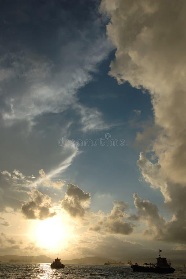 Zonsondergang met cumuluswolken royalty-vrije stock foto's