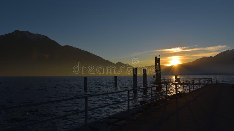 Zonsondergang met de zon op de horizon stock fotografie