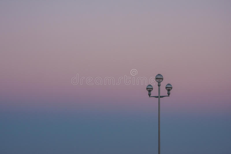 Zonsondergang met een lantaarnpaal stock foto's