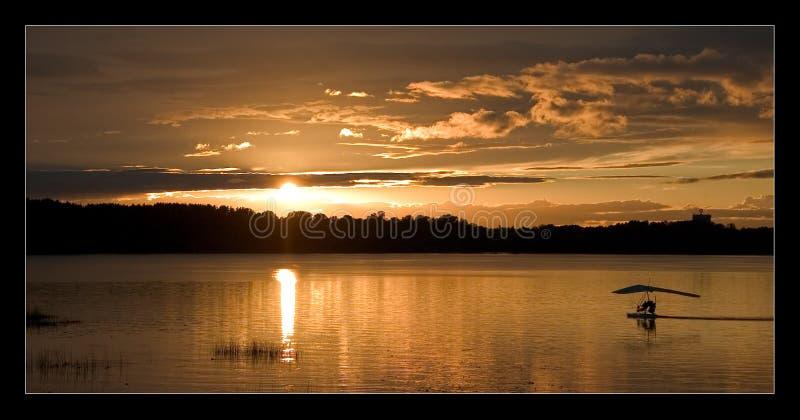 Zonsondergang met een skyflyer stock foto's