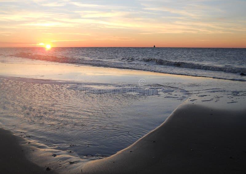 Zonsondergang met mooi strand en kalme overzees stock afbeelding