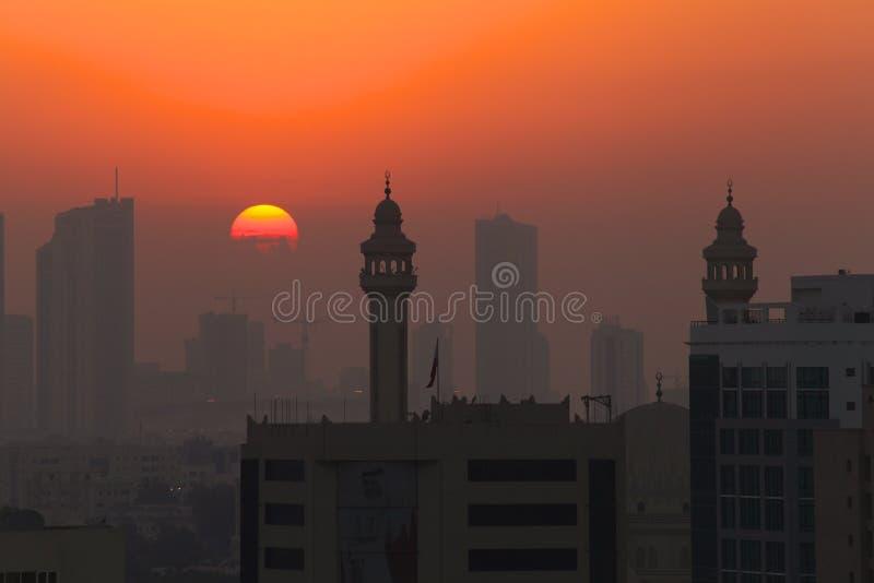 Zonsondergang met Moskeeminaretten in Silhouet stock afbeeldingen