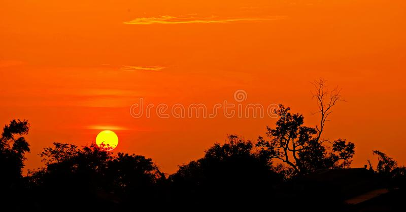 Zonsondergang met oranje elft Gouden hemel, stock foto's
