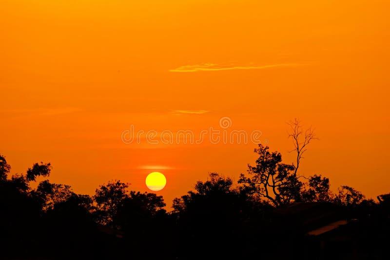 Zonsondergang met oranje elft Gouden hemel, royalty-vrije stock afbeelding