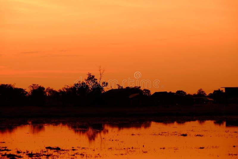 Zonsondergang met oranje elft Gouden hemel, stock afbeeldingen