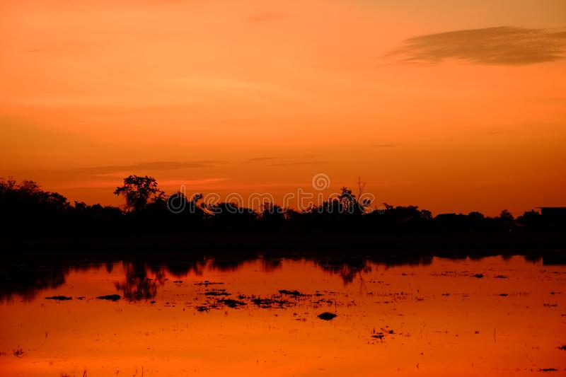 Zonsondergang met oranje elft Gouden hemel, stock fotografie