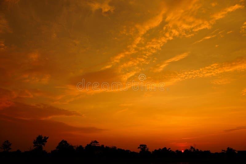 Zonsondergang met oranje elft Gouden hemel, stock afbeelding