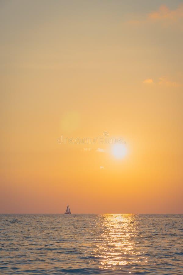 Zonsondergang met overzees stock fotografie