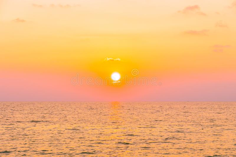 Zonsondergang met overzees stock afbeeldingen