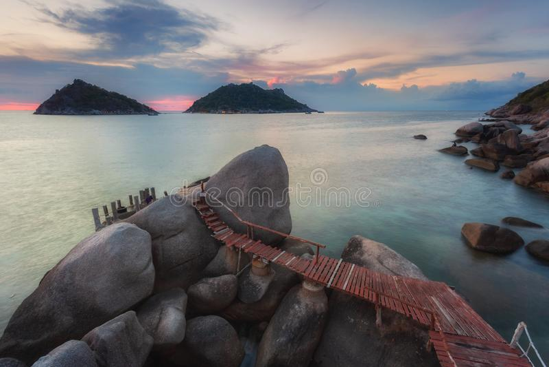 Zonsondergang met promenade over rotsen in Koh Tao stock afbeeldingen