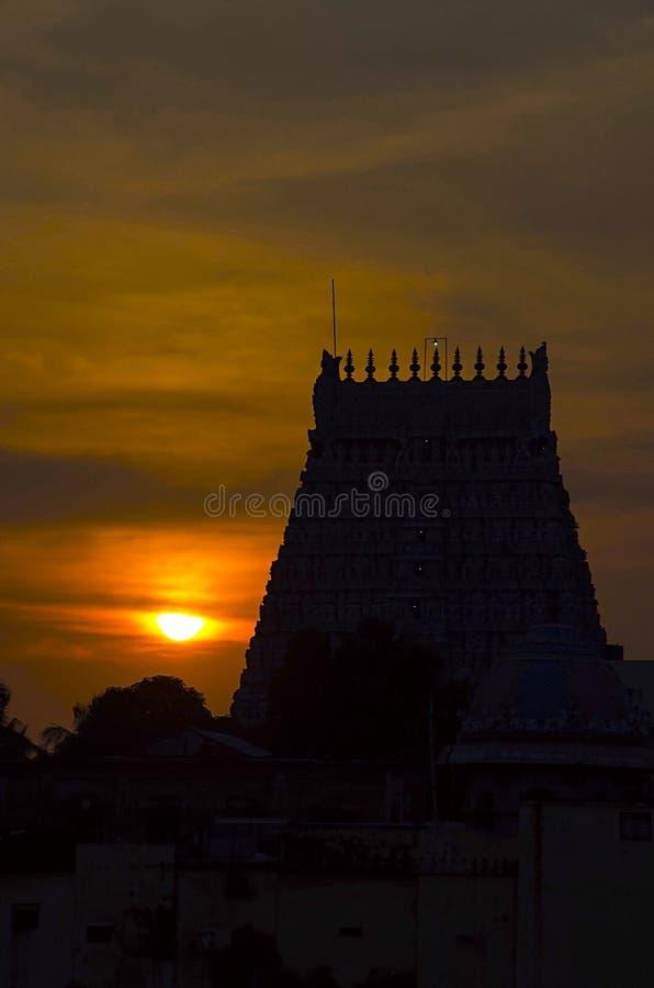 Zonsondergang met silhouet van Sarangapani-Tempel, Kumbakonam, Tamil Nadu, India royalty-vrije stock fotografie