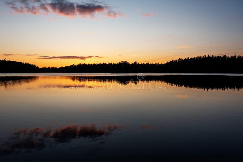 Zonsondergang met Vissersboten op het Meer royalty-vrije stock fotografie