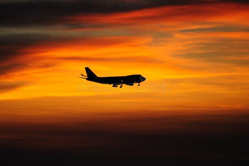Zonsondergang met vliegtuig stock foto