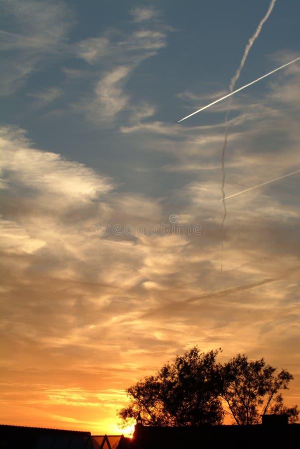 Zonsondergang met vliegtuigen royalty-vrije stock afbeeldingen