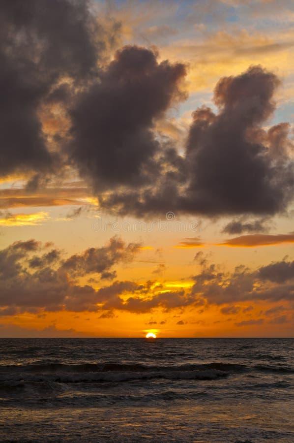 Zonsondergang met wolken royalty-vrije stock afbeeldingen