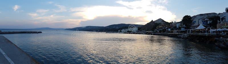 Zonsondergang met wolken over Balchik aan de Bulgaarse kosten van de Zwarte Zee royalty-vrije stock foto