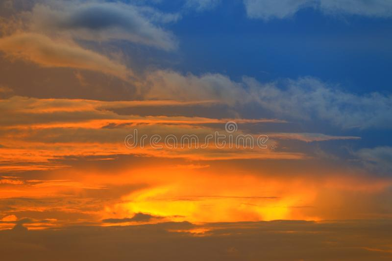Zonsondergang mooi kleurrijk licht goud in blauwe hemel stock afbeeldingen