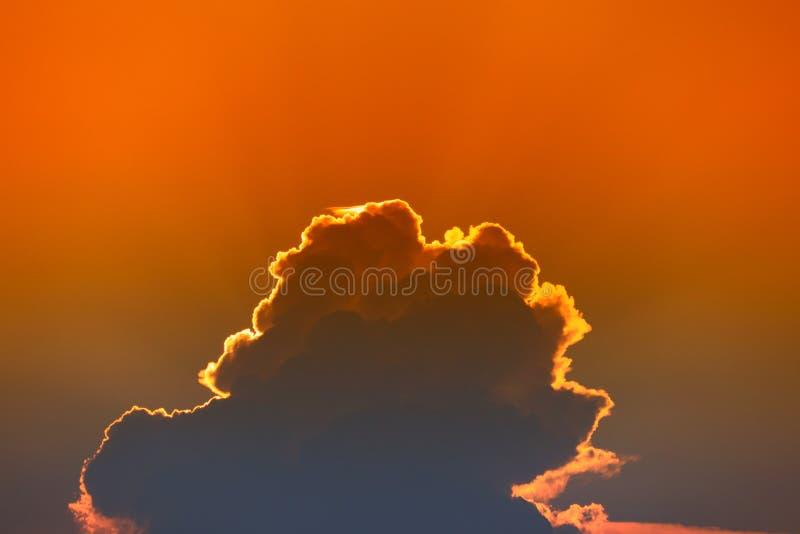 Zonsondergang mooi kleurrijk licht goud in blauwe hemel, schemeringtijd royalty-vrije stock fotografie