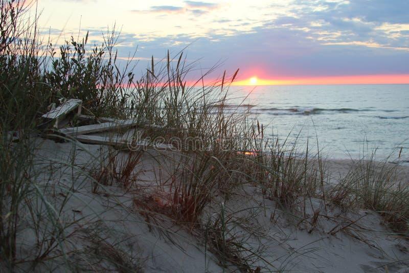 Zonsondergang mooi landschap op de het zandduinen van de Oostzeekust royalty-vrije stock foto