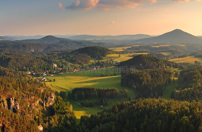 Zonsondergang in mooie berg royalty-vrije stock afbeeldingen