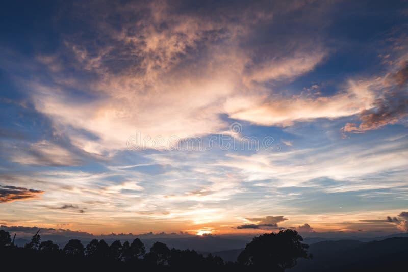 Zonsondergang Mooie hemel bij zonsondergang op Moutain royalty-vrije stock foto