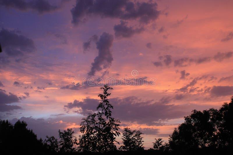Zonsondergang na de zomerregen royalty-vrije stock afbeelding