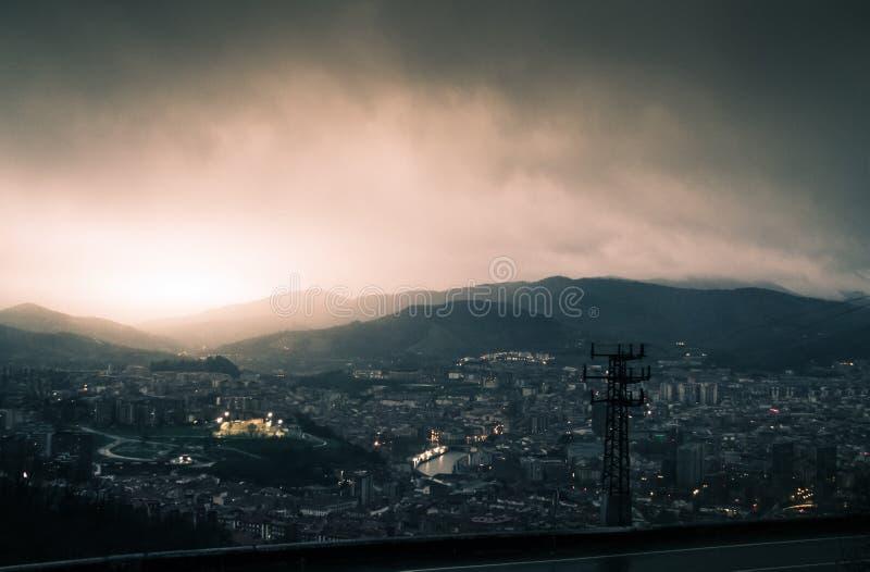 Zonsondergang na regenachtige dag in Bilbao royalty-vrije stock afbeeldingen