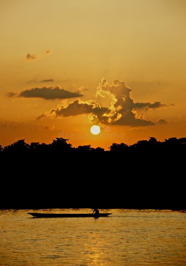 Zonsondergang in Nationaal Park Chitwan stock foto's