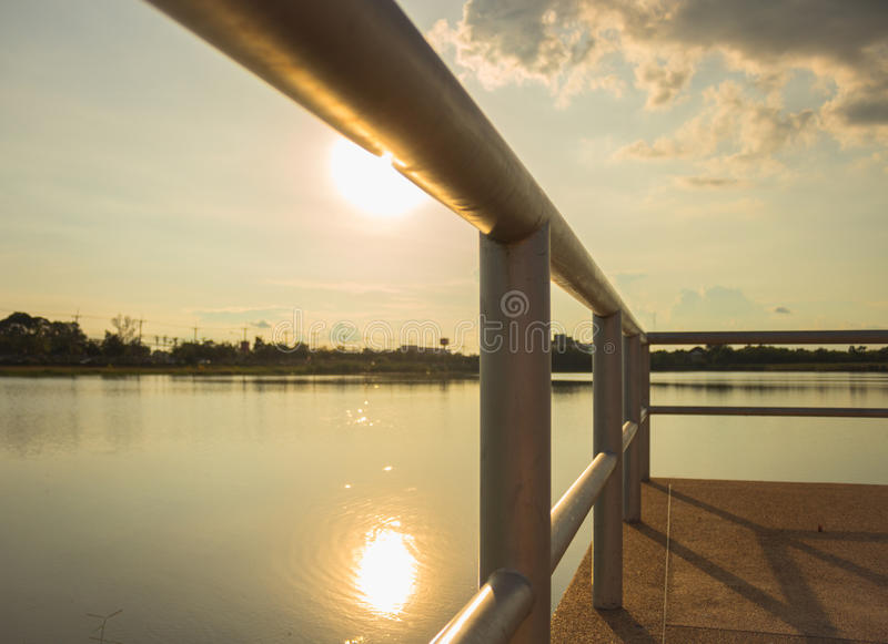 Zonsondergang neer op de brug royalty-vrije stock foto's