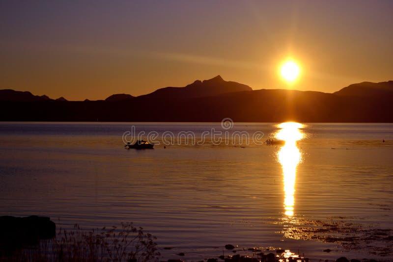 Zonsondergang in noordelijk Noorwegen royalty-vrije stock foto's